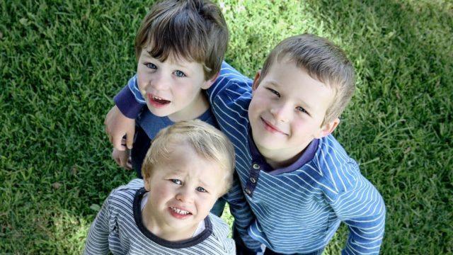 3人兄弟の写真です。若干母の希望が入っています。