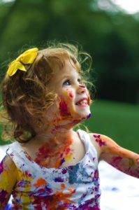 子どもが絵具で遊んでいるイメージ図です