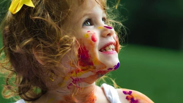 絵具で遊ぶ子供の写真です