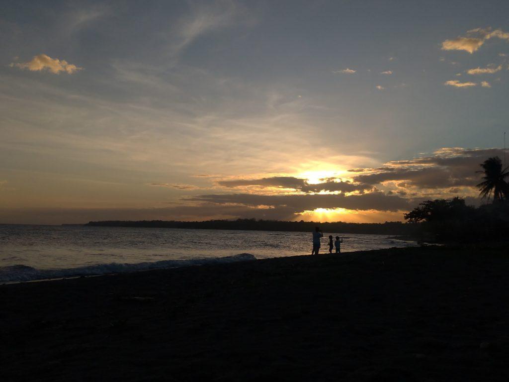 DETi前のビーチで見た夕日の写真です。とってもきれいでした。